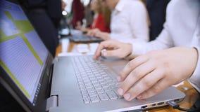 Close-up Het handenwerk aangaande het laptop toetsenbord Op de achtergrond, werk in bureaudefocus stock video