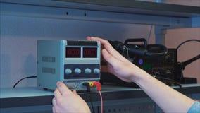 close-up Het Laboratorium van het onderzoek De technologie-specialist verbindt de draden stock footage