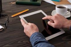 Close-up het mannelijke werken met een tabletcomputer Stock Foto