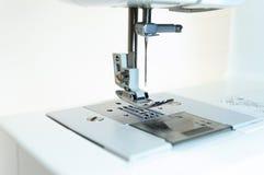 Close-up: het mechanisme van de naaimachine Witte achtergrond royalty-vrije stock afbeeldingen