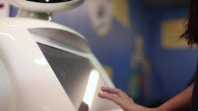 Close-up Het meisje communiceert met de robot Kunstmatige intelligentie Moderne robotachtige technologieën stock videobeelden