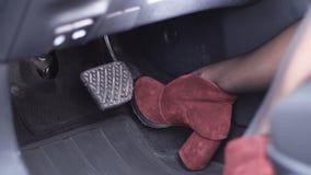 Close-up Het mooie vrouwelijke been in hielen drukt gaspedaal4k Langzame Mo stock videobeelden