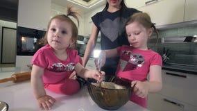 Close-up het schieten van twee zusters het koken Portret HD stock footage
