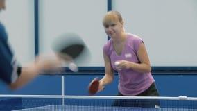 Close-up: homem e mulher que jogam um tênis de mesa video estoque