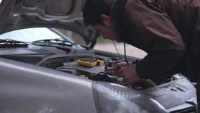 Close-up - homem que repara carro quebrado vídeos de arquivo