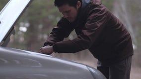 Close-up - homem que repara carro quebrado video estoque