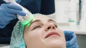 Close-up Hoofdcosmetologist Doing Massage stock video