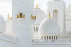 Close-up hoog zeer belangrijk licht van marmeren koepels van Sheikh Zayed Grand Mosque met blauwe hemel in de ochtend in Abu Dhab Stock Foto's