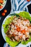 Close-up hoogste mening van gekookte garnalen op de lijst stock fotografie
