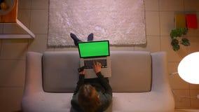Close-up hoogste spruit van jong mooi wijfje die online met creditcard winkelen die laptop met het groene scherm met behulp van t stock footage