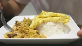 Close-up iemand eet een schotel van Aziatische keuken in een restaurant royalty-vrije stock foto