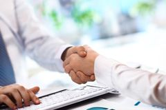 Close-up image of a firm handshake Royalty Free Stock Photos