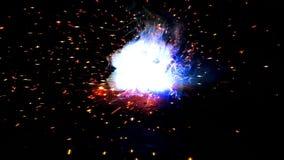 Close-up industrial da soldadura elétrica em um fundo preto vídeos de arquivo