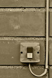 Close up industrial do cabo de fio do interruptor do botão do controle bonde exterior do equipamento, fundo sujo resistido envelh fotografia de stock