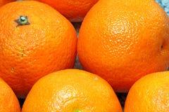 Close up inteiro das laranjas para um fundo. imagens de stock royalty free
