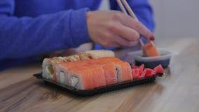 Close-up Jong Meisje die Sushi met Eetstokjes in een Japans Restaurant eten stock footage