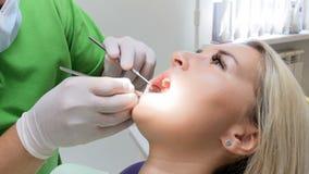 Close-up4k lengte van tandarts die de speciale controle van spiegel forr geduldige ` s tanden gebruiken stock videobeelden