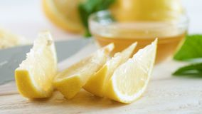 Close-up4k video die van ingrediënt voor natuurlijke limonade op witte houten lijst liggen stock video