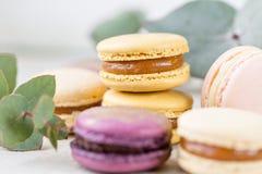 Close-up kleurrijke Franse of Italiaanse macaron op witte houten lijst Macarons is Frans die dessert met thee of koffie wordt ged royalty-vrije stock afbeelding