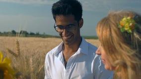 Close-up, Langzame Motie, Indische Man in Glazen Glimlachen die dichtbij Volwassen Vrouw zijn bracht hij enkel een Boeket van Tar stock footage
