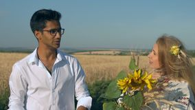 Close-up, Langzame Motie, Indische Man in Milo Points Conversation met Volwassen Vrouwenwho bracht hij enkel een Boeket van Tarwe stock video