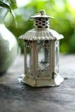 Close up, lanterna rústica branca da vela, decoração home Fotos de Stock