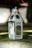 Close up, lanterna rústica branca da vela, decoração home Fotografia de Stock Royalty Free