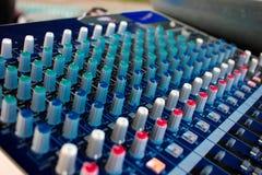 Close up lateral de um console de mistura com cabos Misturador audio fotografia de stock