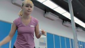 Close-up: leuk meisje die het pingpong spelen bij het hof stock footage