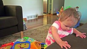 Close-up leuke baby die en het glimlachen woonkamer bevinden zich stock videobeelden