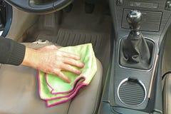 Close-up - limpando no carro Trabalho com um aspirador de p30 imagens de stock