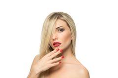 Close-up louro bonito do retrato da mulher Bordos vermelhos Foto de Stock Royalty Free