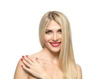 Close-up louro bonito do retrato da mulher Bordos vermelhos Miliampère Fotografia de Stock