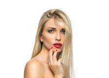 Close-up louro bonito do retrato da mulher hairstyle Bordos vermelhos Miliampère Fotos de Stock