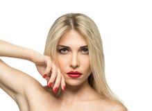 Close-up louro bonito do retrato da mulher hairstyle Bordos vermelhos Miliampère Fotografia de Stock Royalty Free