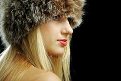 Close up louro da face da menina no chapéu forrado a pele Fotos de Stock