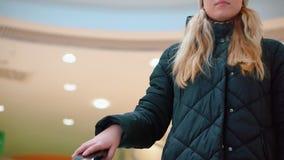 Close-up, a mão de uma moça na escada rolante Vai acima vídeos de arquivo