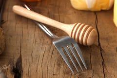 Close up macio do bolo de queijo do mel da forquilha da vida de madeira ainda Imagens de Stock