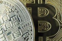 Close-up macro de bitcoins da prata e do ouro foto de stock royalty free