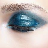 Close-up macroschot van gesloten menselijk vrouwelijk oog Meisje met perfect royalty-vrije stock fotografie