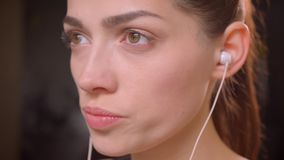 Close-up macrospruit van jong aantrekkelijk atletenwijfje in haar vibes en het draaien aan camera met gemotiveerde binnen uitdruk stock video