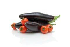 Close-up maduro dos tomates e da beringela de cereja no fundo branco Imagem de Stock Royalty Free