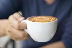 Close-up of male hand holding coffee Royalty Free Stock Photos
