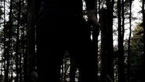 Close-up man silhouet die langzame motie in bos in werking stellen stock videobeelden