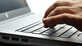Close-up mannelijke handen die laptop backlit 4k van de toetsenbordcomputer lengte typen stock video