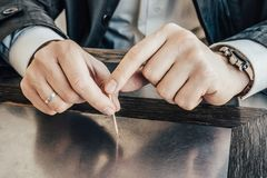 Close-up mannelijke handen die tandenstoker houden royalty-vrije stock foto