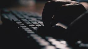 Close-up, mannelijke handen die tekst op het toetsenbord typen 4K langzame mo stock videobeelden