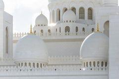 Close-up marmeren koepels van Sheikh Zayed Grand Mosque met blauwe hemel in de ochtend in Abu Dhabi, de V.A.E Stock Foto
