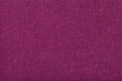 Close up matt roxo escuro da tela da camurça Textura de veludo do feltro fotografia de stock