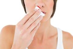 Close-up medio sectie van een vrouw met het aftappen van neus Stock Foto's